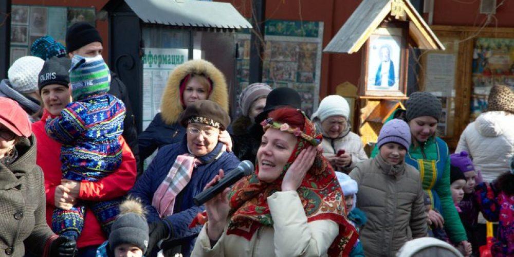Ярмарка на территории храма прп. Серафима Саровскогов в Кунцеве