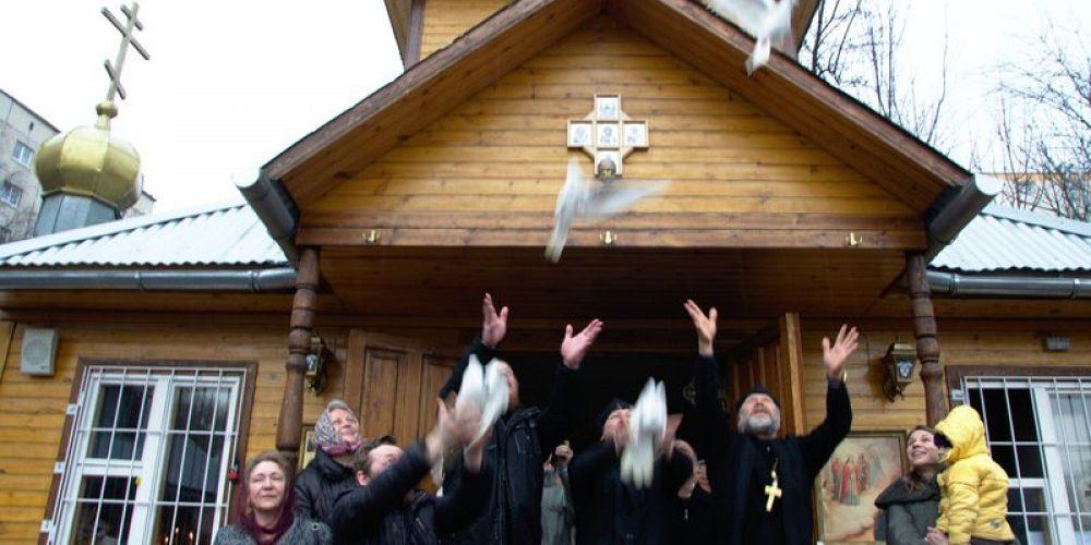 На Благовещение в храме прп. Серафима Саровского в Кунцеве выпустили голубей