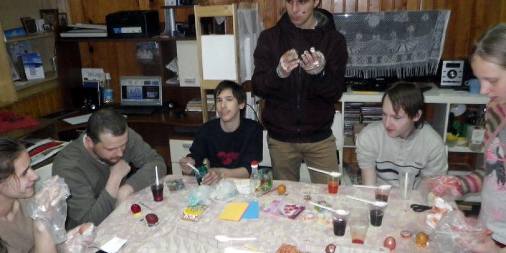 Мастер-класс по раскраске яиц в молодежном клубе «Неофит»