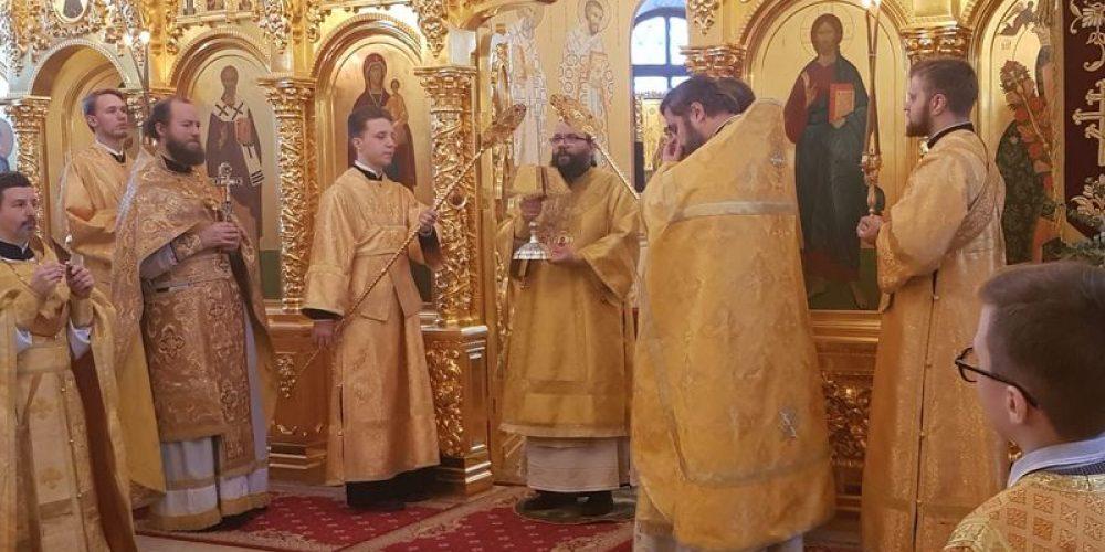 """Архиерейское богослужение в храме иконы Божией Матери """"Неувядаемый Цвет"""" в Рублево"""