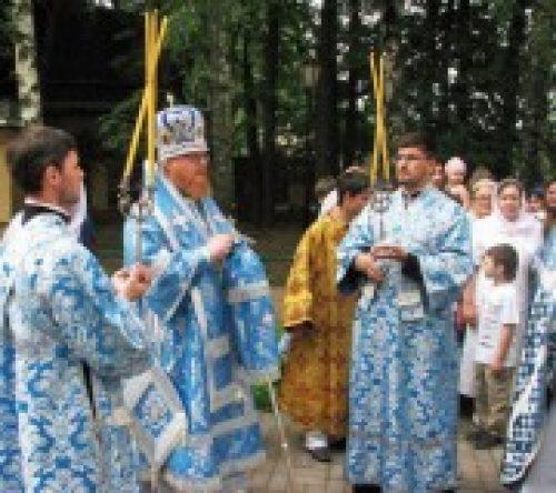 Епископ Подольский Тихон совершил Божественную литургию в храме  Владимирской иконы Божией Матери в Виноградове