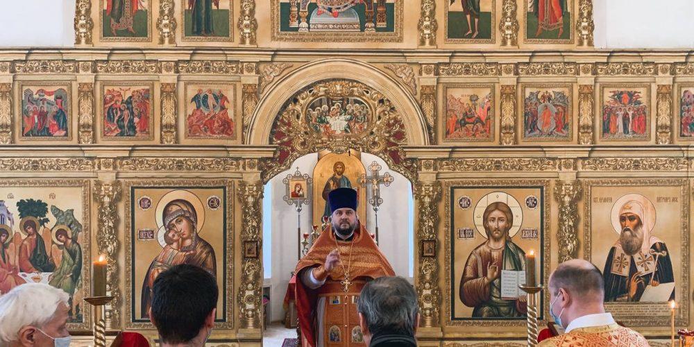 Божественную литургию в престольный праздник в храме сщмч. Ермогена возглавил благочинный Георгиевского округа