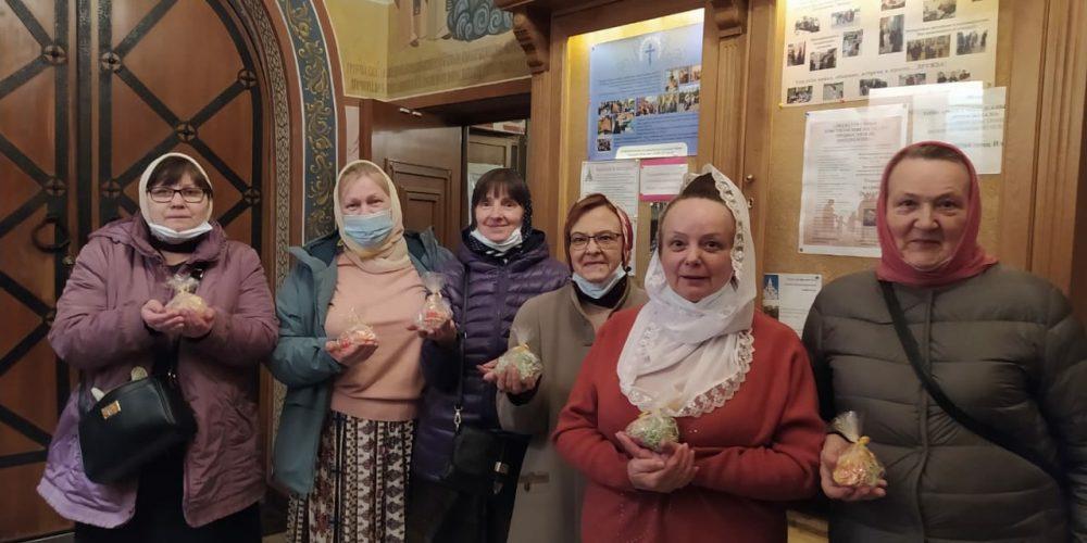 Волонтеры храмов Западного викариатства поздравили подопечных с Пасхой