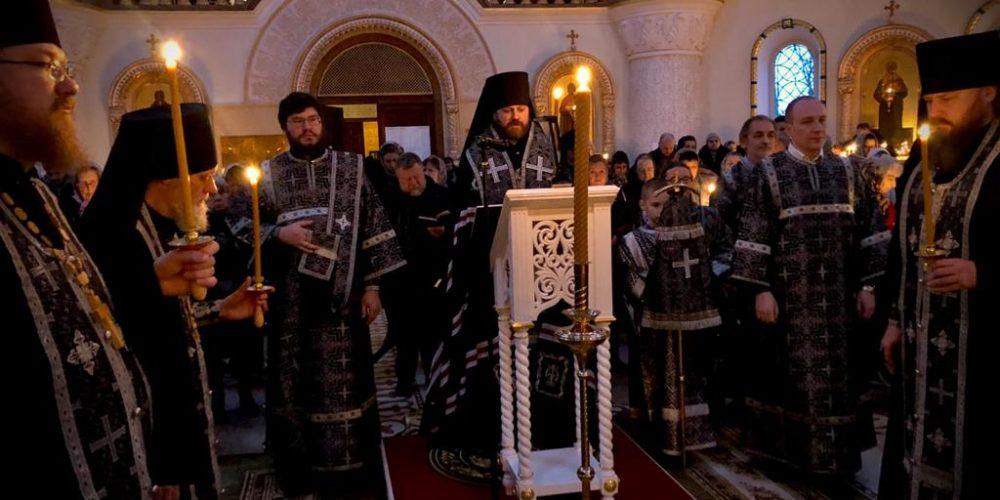 В понедельник первой седмицы Великого поста епископ Фома совершил повечерие с покаянным каноном в соборном храме в Переделкине