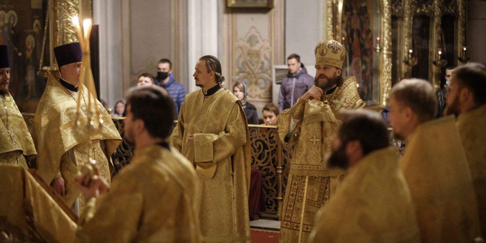 Епископ Фома совершил ночную Литургию с участием молодежи Западного викариатства в Богоявленском соборе