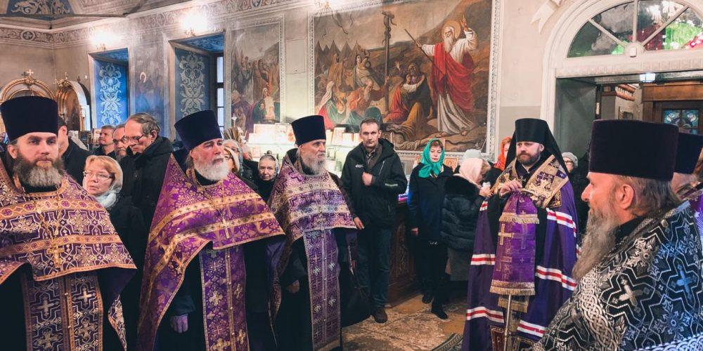 Епископ Фома совершил праздничное богослужение в Никольском храме в Хамовниках
