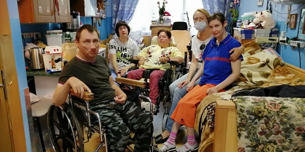 Прихожане храма святителя Ермогена собрали подарки детям из реабилитационного центра в Смоленской области