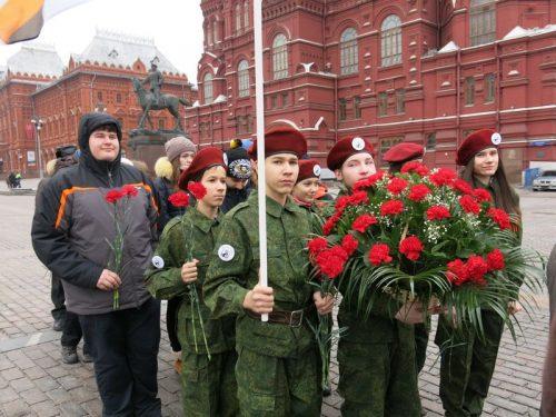 Возложение цветов у могилы Неизвестному солдату
