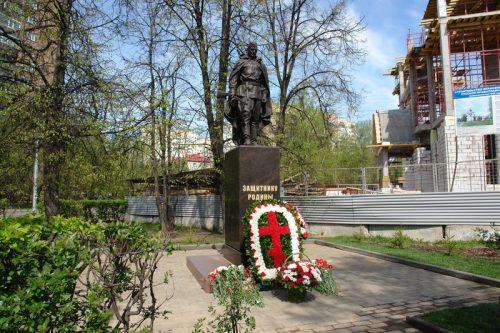 По инициативе прихода храма прав. Иоанна Русского в Кунцево воздвигнут памятник Защитнику Родины