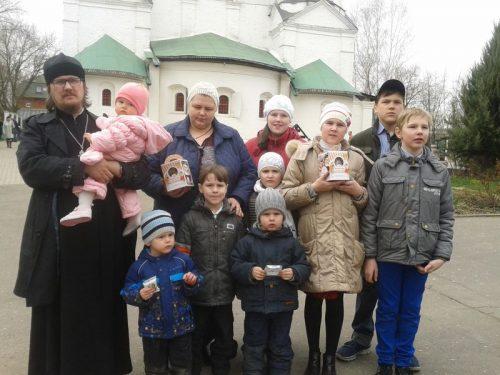 Поздравление малоимущих и многодетных семей в день Святой Пасхи на приходах