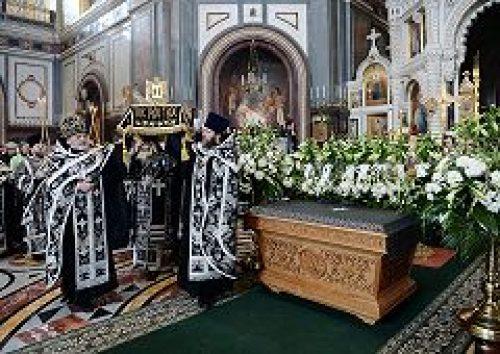 Предстоятель Русской Церкви совершил в Храме Христа Спасителя вечерню Великого Пятка с выносом Святой Плащаницы