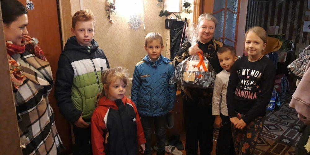Ученики Воскресной школы храма Рождества Богородицы в Крылатском поздравляют прихожан с Днём пожилого человека